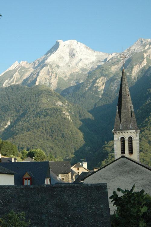 église et Ger en fond